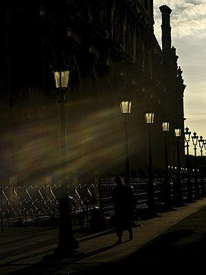 Fußgänger in Paris - p1654m2253750 von Alexis Bastin