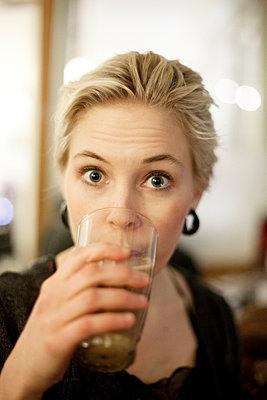 Junge Frau in einem Cafe - p956m1515492 von Anna Quinn