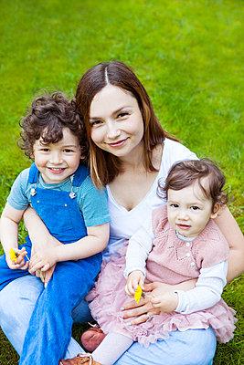 glückliche Mama mit Sohn und Tochter - p045m1440060 von Jasmin Sander