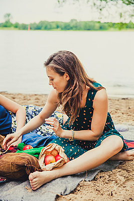 Picknick am Fluss - p904m932270 von Stefanie Päffgen