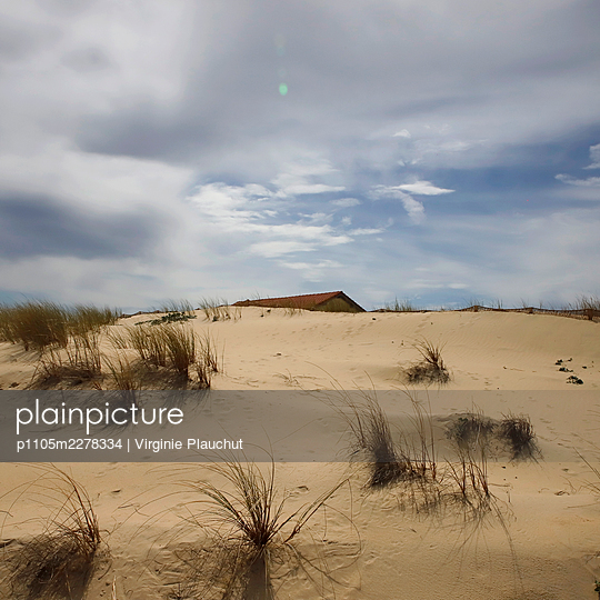 France, Biscarrosse, house behind a dune - p1105m2278334 by Virginie Plauchut