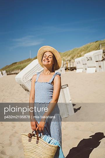 Junge Frau genießt Zeit am Meer - p432m2195878 von mia takahara
