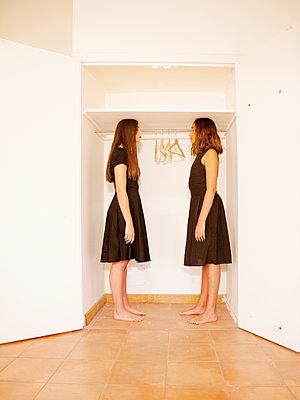Zwei Frauen vor einem Schrank - p1105m2133109 von Virginie Plauchut
