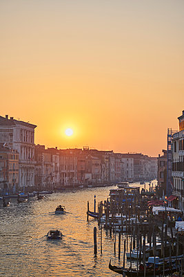 Sunset on the Rialto Bridge with a view over Venice - p1312m2082227 by Axel Killian