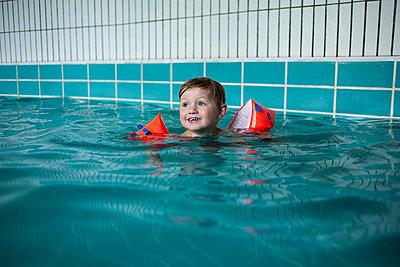 Kind im Schwimmbad - p1386m1452200 von beesch