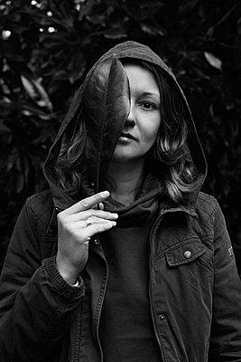 Monochrome portrait of a woman with a leaf - p1642m2216220 by V-fokuse