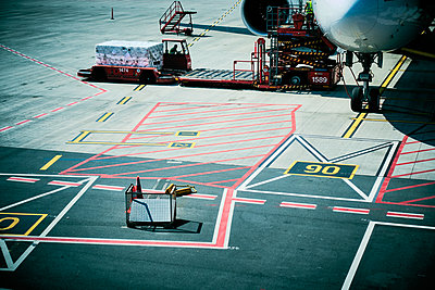 Ground crew loading freight  - p851m2077314 by Lohfink