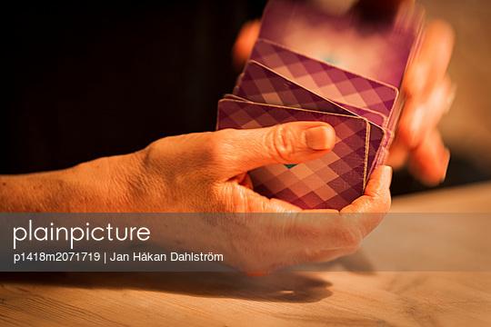 Frau mischt die Karten - p1418m2071719 von Jan Håkan Dahlström