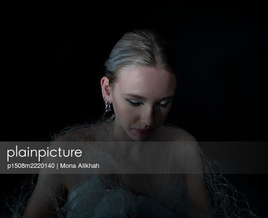 Young blond woman, portrait - p1508m2220140 by Mona Alikhah