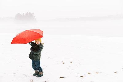 Little boy holding his umbrella - p1166m2157460 by Cavan Images