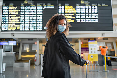 african American woman at the airport, bilbao ,spain - p300m2221681 von SERGIO NIEVAS
