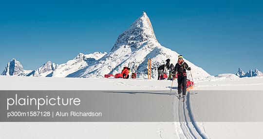 Greenland, Schweizerland Alps, Kulusuk, Tasiilaq, ski tourers - p300m1587128 von Alun Richardson