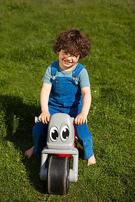 auf meinem coolen Bike im Garten - p045m1440999 von Jasmin Sander