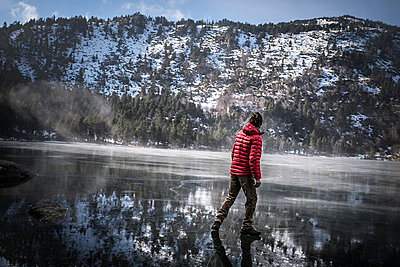 Man walking on a frozen lake - p1007m1134073 by Tilby Vattard