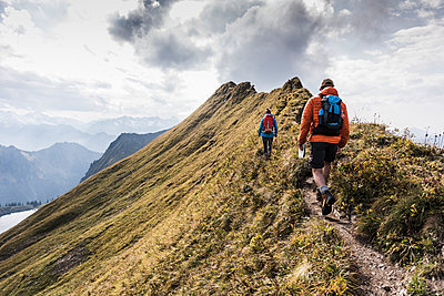 Germany, Bavaria, Oberstdorf, two hikers walking on mountain ridge - p300m1537593 by Uwe Umstätter
