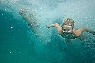 Mädchen unter Wasser - p713m2087633 von Florian Kresse