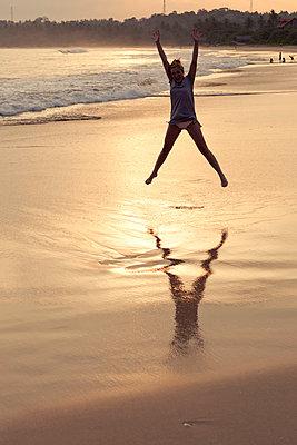 Freudensprung am Strand - p795m1031470 von Janklein