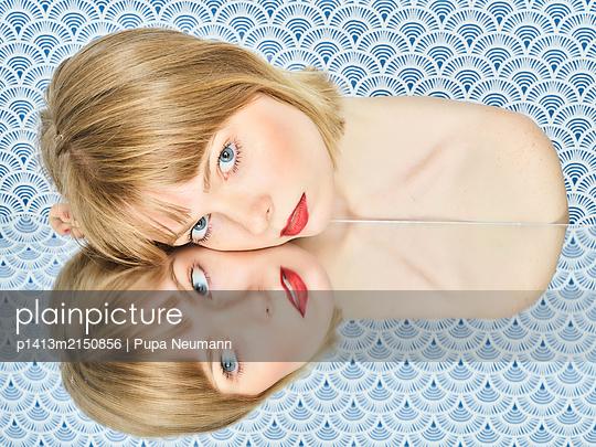 Spiegelung, Blonde Frau, Portrait - p1413m2150856 von Pupa Neumann