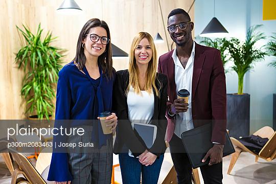 plainpicture - plainpicture p300m2083463 - Business people standing in... - DEEPOL by plainpicture/Josep Suria