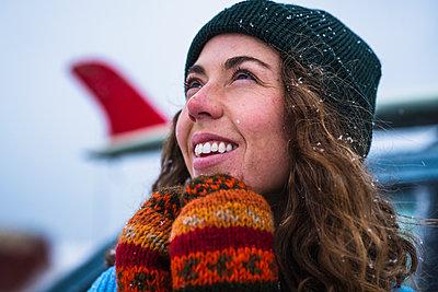 Woman surfer portrait with frozen surfboard - p1166m2177071 by Cavan Images