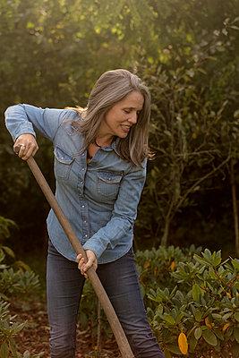 Frau im Garten - p1212m1488710 von harry + lidy