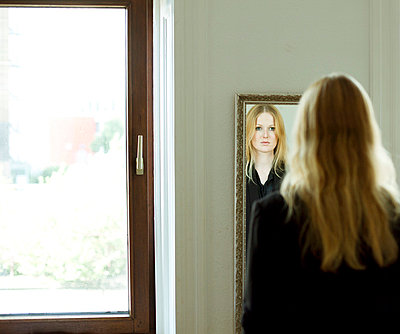 Looking in the mirror - p432m702639 by mia takahara