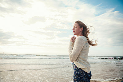 Young woman at the beach - p586m933063 by Kniel Synnatzschke