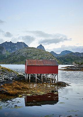 Stelzenhütte am Fjord - p1124m1165640 von Willing-Holtz