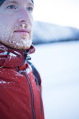 Portrait Mann mit Schnee im Gesicht - p1396m2108737 von Hartmann + Beese