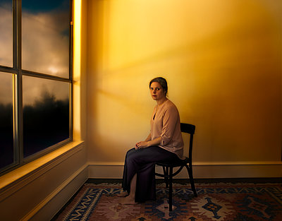 Traurige Frau am Fenster - p1693m2294583 von Fran Forman