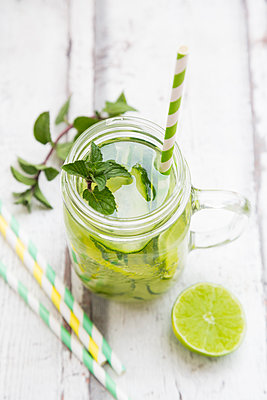 Organic cucumber water with mint and lime - p300m2004649 von Larissa Veronesi