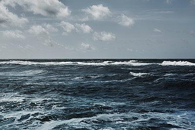 Bewegte Nordsee - p877m1475150 von Julia Wagner