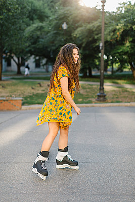 Young woman rollerblading in city park - p924m1180149 by Lena Mirisola