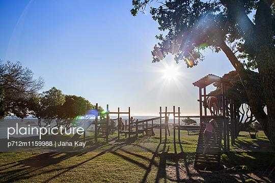 Spielplatz am Meer - p712m1159988 von Jana Kay