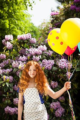 Gutgelauntes Mädchen mit Luftballons - p045m1461156 von Jasmin Sander