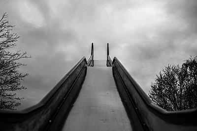 Rutsche auf Spielplatz - p1549m2158044 by Sam Green