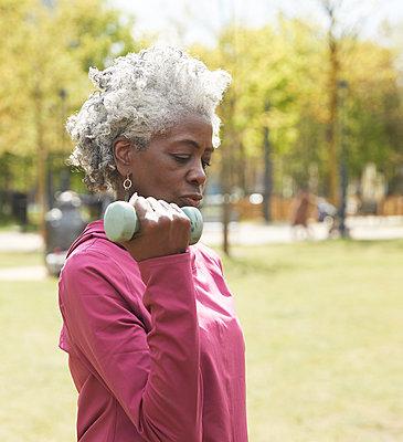 senior couple exercising outdoors, London, Uk - p300m2290792 von Pete Muller