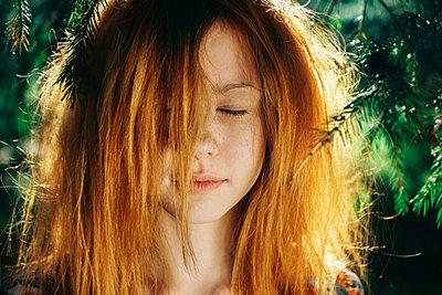 Close up of Caucasian teenage girl near pine tree - p555m1531619 by Vladimir Serov