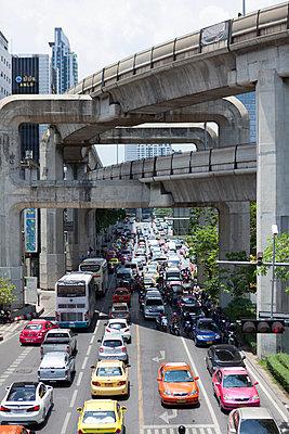 Bangkok Skytrain - p842m1030599 von Renée Del Missier