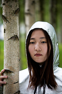 Female Asian wearing hooded jacket - p958m1446316 by KL23