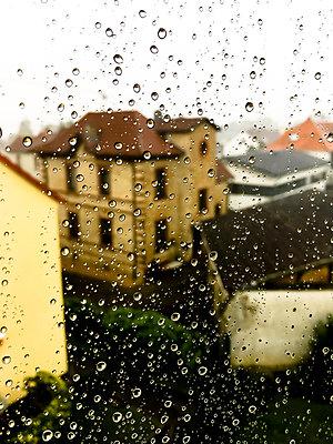 Regentropfen am Fenster - p979m1185003 von Martin Kosa