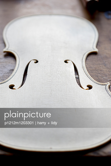 Geigenbau - Geigendecke in der Bearbeitung - p1212m1203301 von harry + lidy