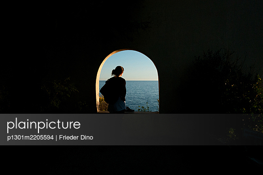 Woman looks at the sea - p1301m2205594 by Delia Baum
