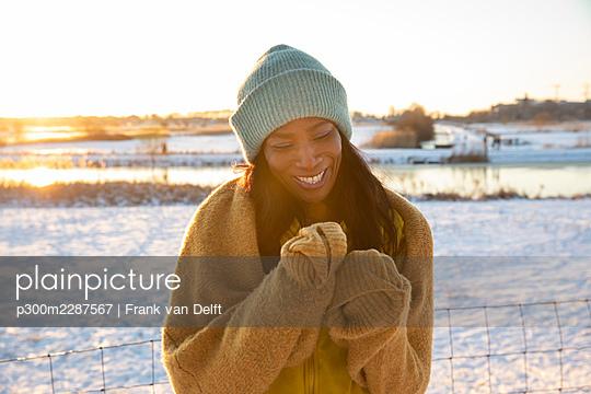 Netherlands, Den Bosch, woman and teen son in snowy landscape - p300m2287567 von Frank van Delft