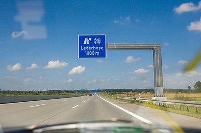 Autobahnabfahrt Lederhose