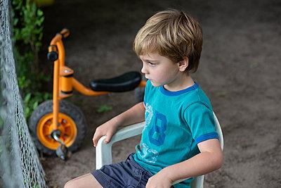 Kind im Garten - p1308m2222830 von felice douglas