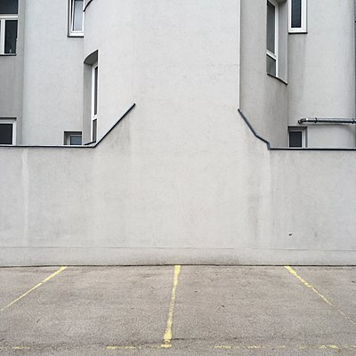 Austria, Vienna, Parking spaces in front of a building, - p1401m2237567 by Jens Goldbeck