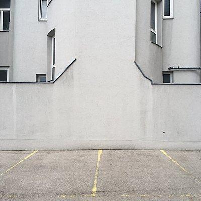 Österreich, Wien, Stellplätze vor einem Gebäude - p1401m2237567 von Jens Goldbeck
