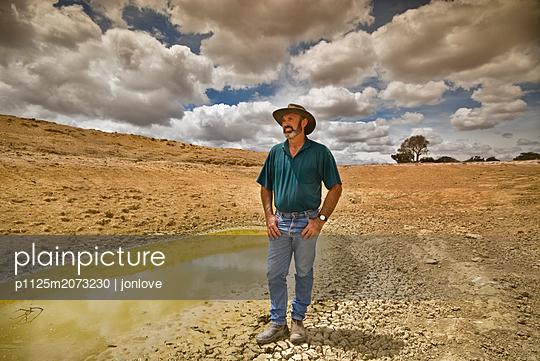 Farmer an einer Wasserstelle - p1125m2073230 von jonlove