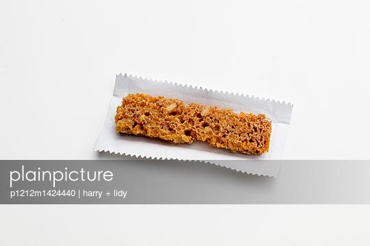 Brotstreifen in Kaugummipapier - p1212m1424440 von harry + lidy